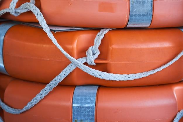 多くのオレンジ色の救命浮輪