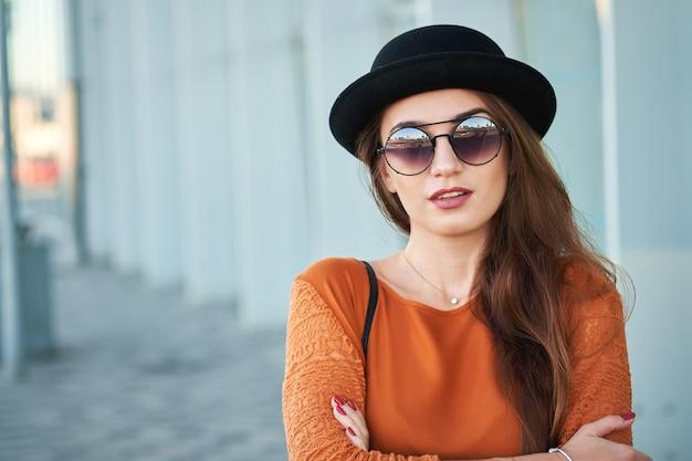 Портрет молодой стильной девушки