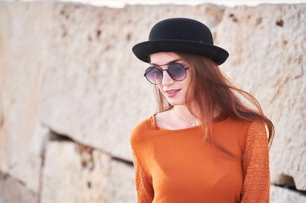 帽子のスタイリッシュな少女の肖像画