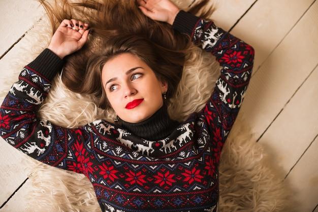 クリスマスに鹿とセーターの少女
