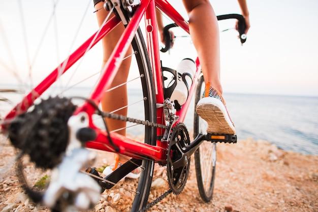 屋外トレイルで自転車に乗る自転車女性足のクローズアップ