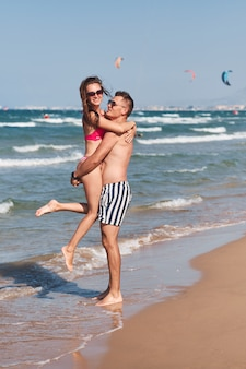 Молодая пара в любви, прогулки на пляже.