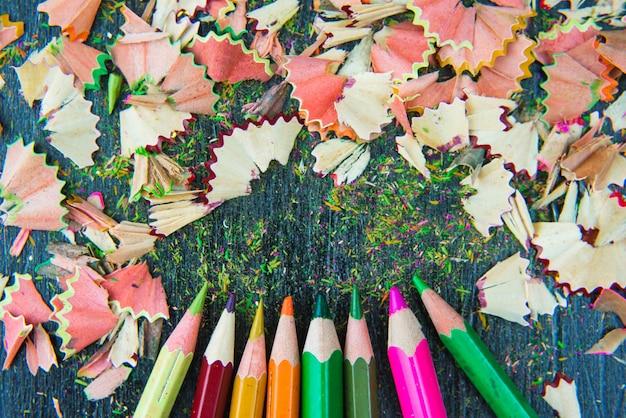 色とりどりの鉛筆からの削りくず
