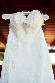 バルコニーの天井に掛かっているウェディングドレス