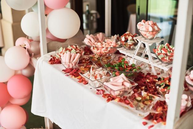キャンディーバーにピンクのマシュマロやその他のお菓子。