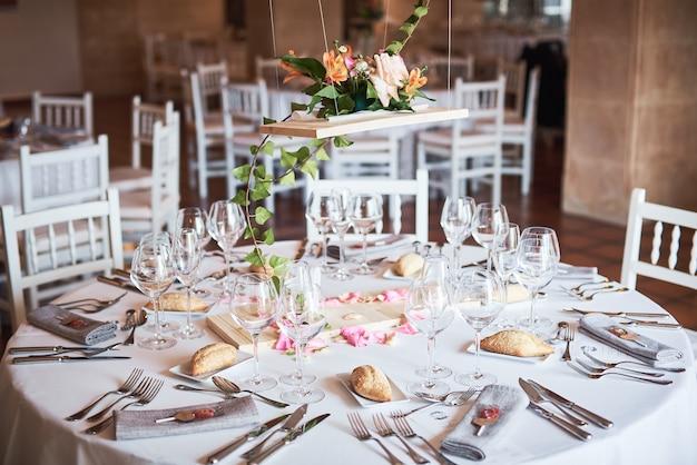 レストランの装飾が施されたゲストのための美しく装飾されたテーブル。