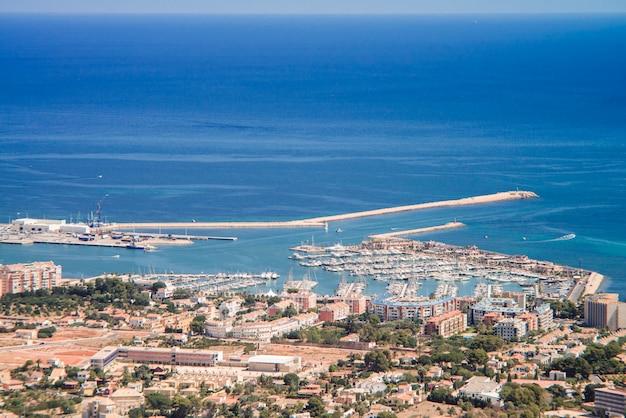 Вид на город с горы монтго в дении, испания