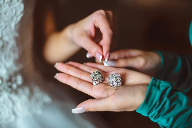 クローズアップ花嫁はブライドメイドと朝の準備をしています。