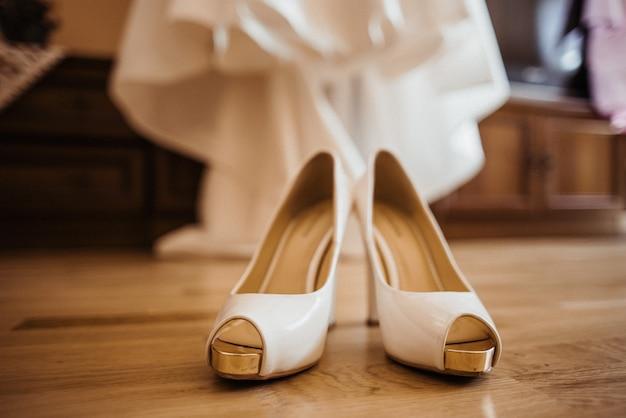 結婚式の靴とドレス