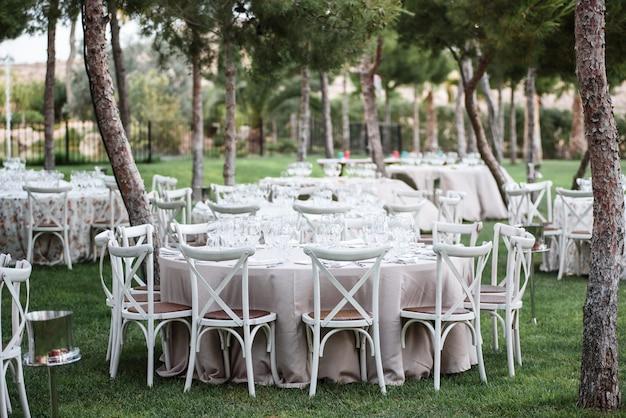 結婚式の日にレストランのテーブルの装飾。牧師の装飾、屋外