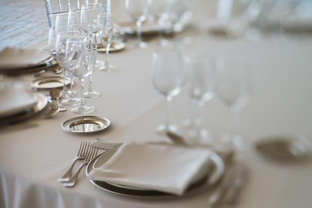 上質なレストランでエレガントなテーブルセット