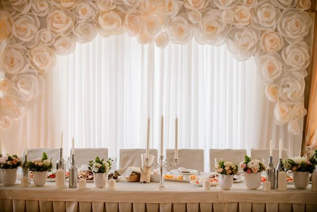 結婚式の日にレストランのテーブルの装飾。パステル調の装飾、屋内