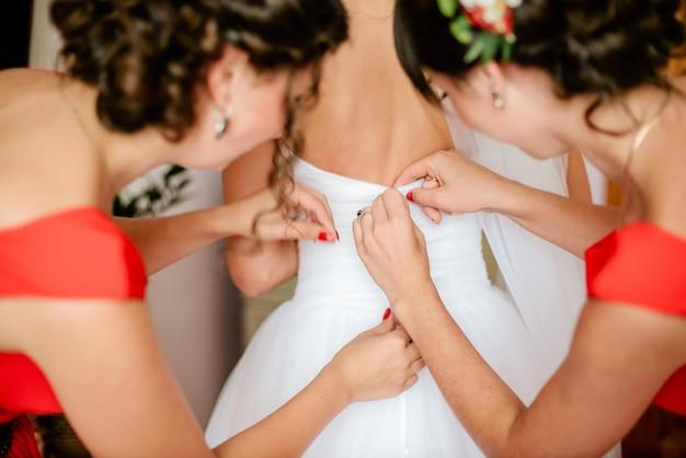 美しい花嫁は午前中に準備をしています