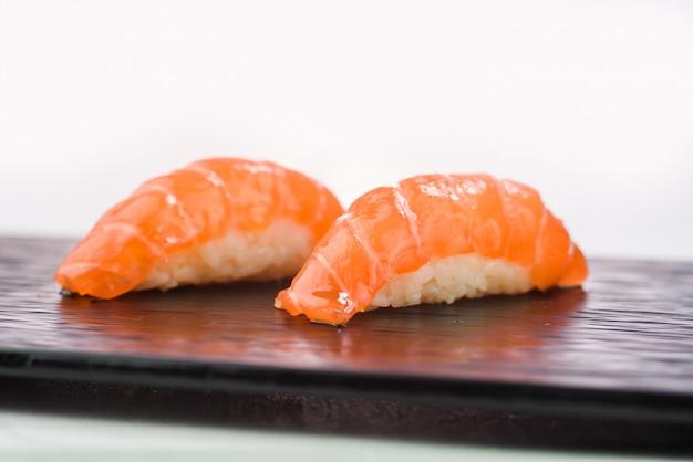 サーモン寿司にぎりのクローズアップ
