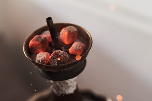 赤い熱い石炭とシーシャ水ギセル