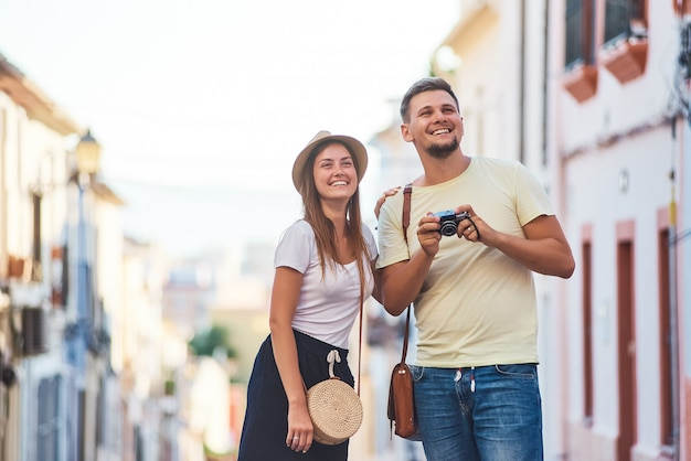 スペインを歩く若い幸せなカップル