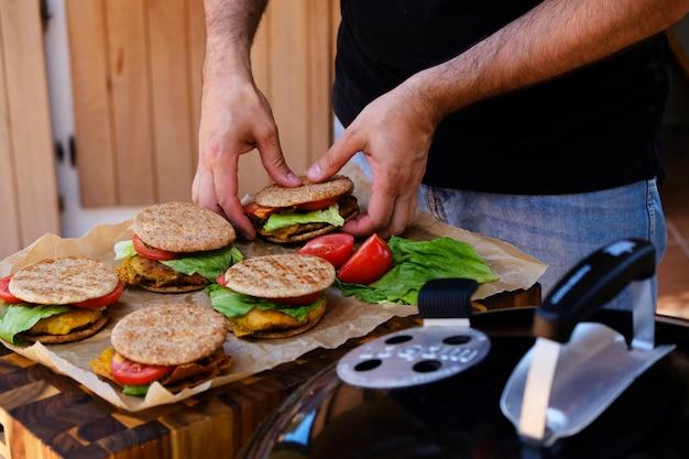 ハンバーガーを準備する男性シェフの手