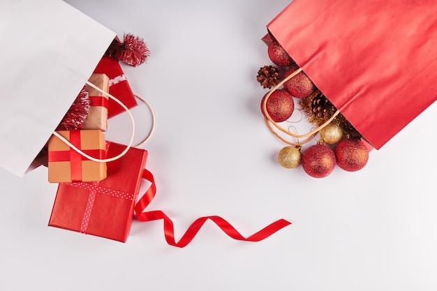 白い背景の上のクリスマスの装飾