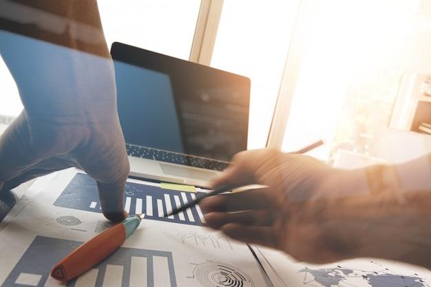 Рука бизнесмена работая с новым современным компьютером и стратегией бизнеса как концепция