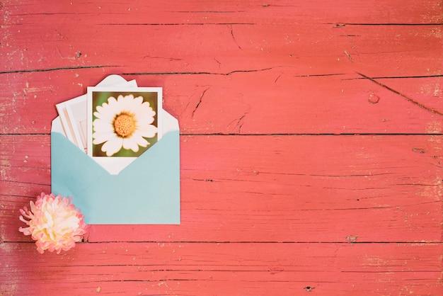 コピースペースのある封筒に花の写真