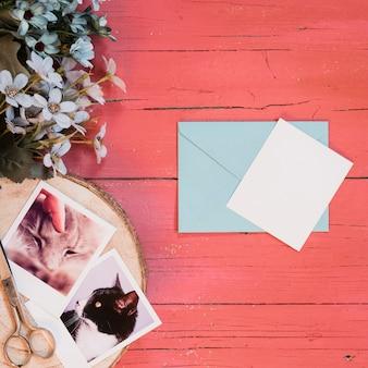 インスタント写真と封筒を備えたモックアップコンポジション
