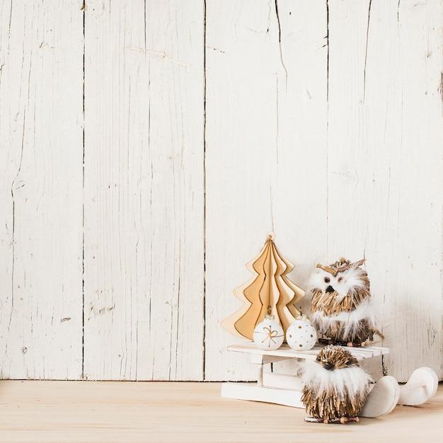 クリスマスの装飾品と空のスペースを持つフクロウ