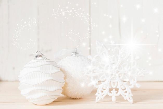 クリスマスボールと雪片