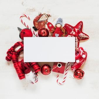空白スペースのテキストのための赤いクリスマスの装飾品