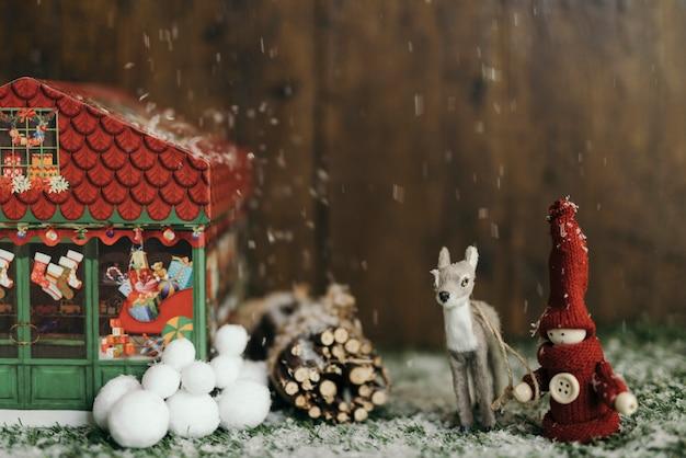 クリスマスタウンの風景の中で雪が降る