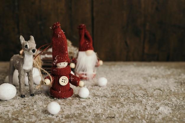 鹿とコピースペースを持つクリスマスの人々