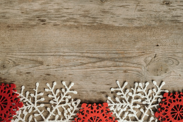 テキストのためのスペースと赤と白の雪片