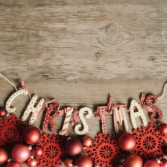 クリスマス文字とスペースのある赤い装飾品