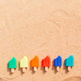 砂の中の小さなアイスクリーム