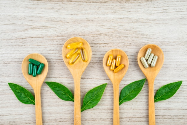 健康のためのハーブの性質からのハーブカプセル、薬の病気のためのビタミン、ミネラルサプリメントの丸薬。