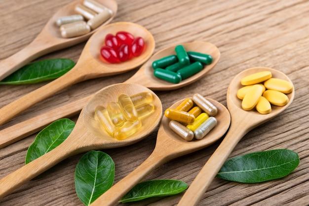 代替の漢方薬カプセル、ビタミン、天然のサプリメント