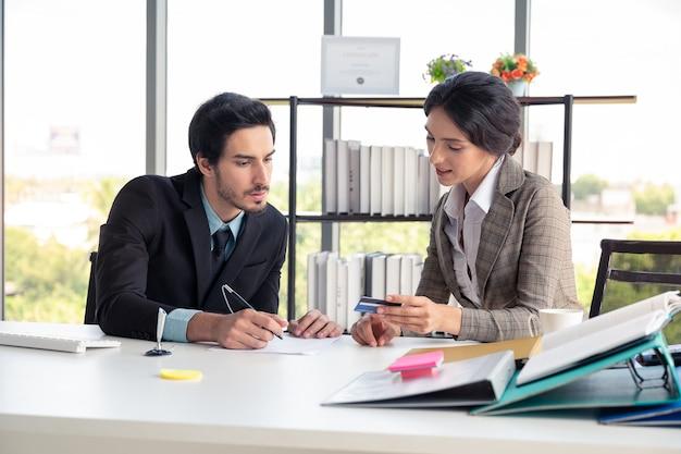 ビジネスの男性と女性のオフィスで働く