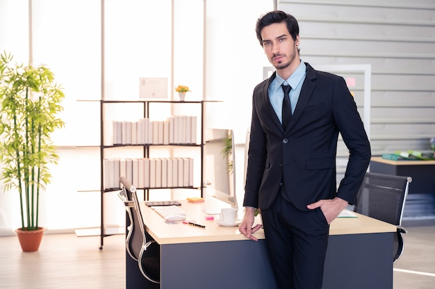 事務所に立っているビジネスの男の肖像