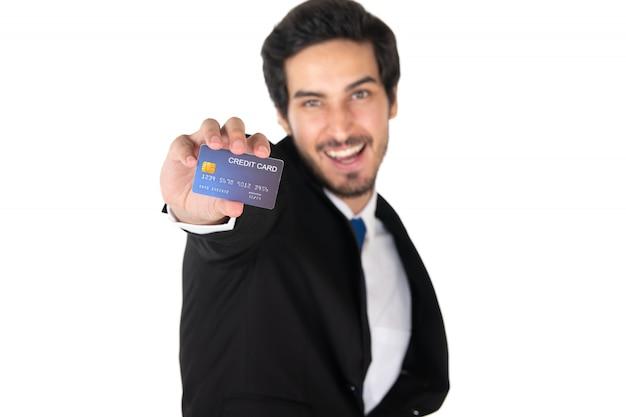 白い背景(フォーカスを選択)に分離されたクレジットカードを保持している男