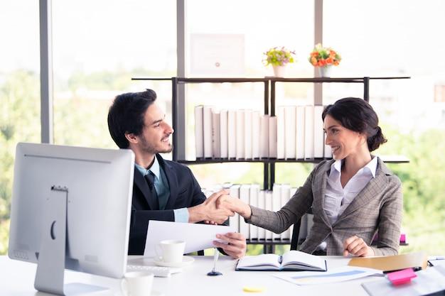 ビジネスの男性と女性の近代的なオフィス、ビジネス、金融の概念での作業