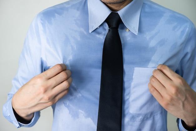 暑い気候のため、屋外での作業後のビジネスマンの発汗
