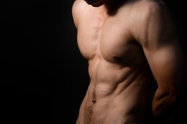 スポーツ男、筋肉を持つ男性モデル