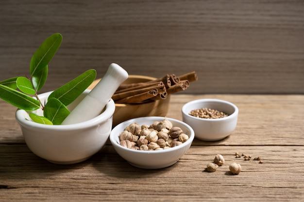 Разнообразие тайских и индийских специй и добавок из натуральных трав