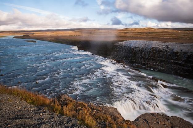 雲とアイスランドの青い空とグトルフォス滝