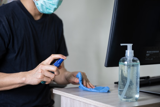 Человек чистит поверхность дома