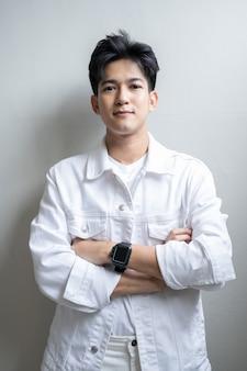 白のアジアの若い男