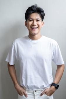 Азиатский молодой человек на белом
