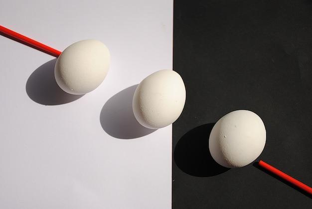 白と黒の背景に新鮮な白い卵