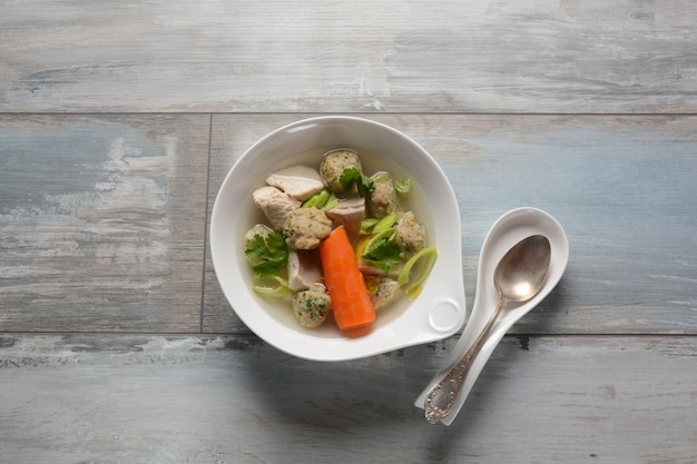 Куриный суп с мацой. еврейская традиционная пасхальная еда