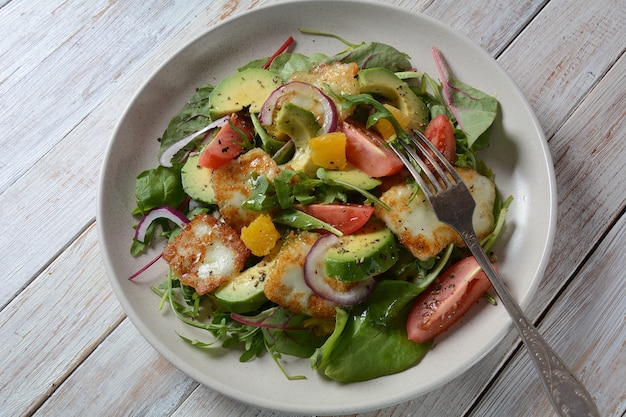 Жареный на гриле салат с сыром халуми