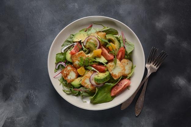 Салат с жареным сыром халуми и овощами